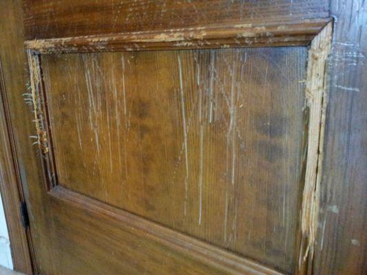 Reparar ara azos en puertas de madera materiales de - Como barnizar una puerta de madera ...